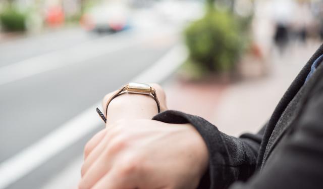 女性らしく見えるスカーゲンの腕時計