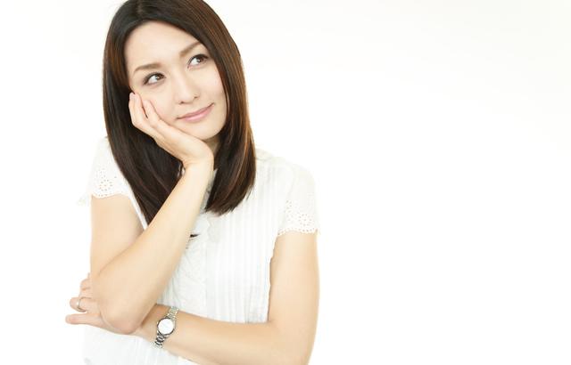 スワロフスキーのレディース腕時計をつけている女性のイメージ
