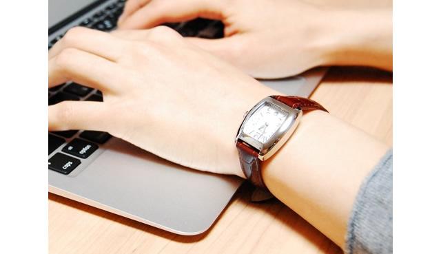 フォリフォリのレディース腕時計をつけている女性のイメージ