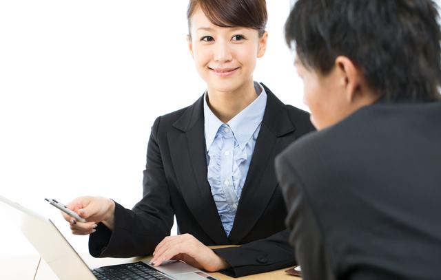 営業職女性の服装では色や形にこだわろう