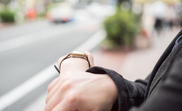 営業職女性の服装では腕時計に気を配ろう