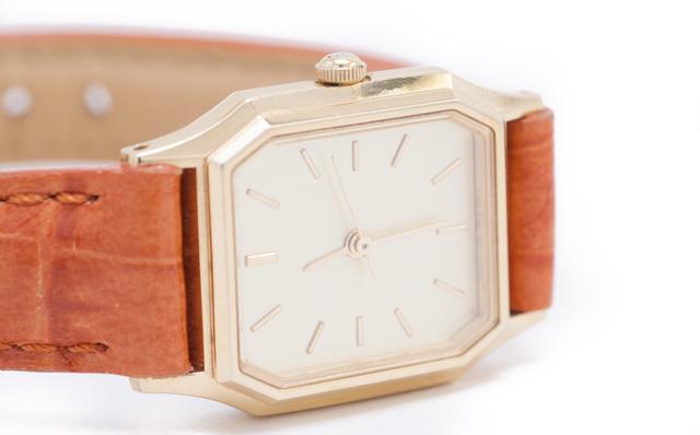 細い腕元に可愛い腕時計をつけている