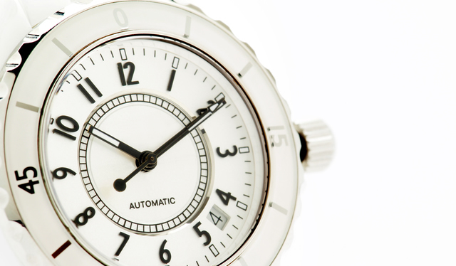 女性のオフィスカジュアル服装におすすめの腕時計に気を配る