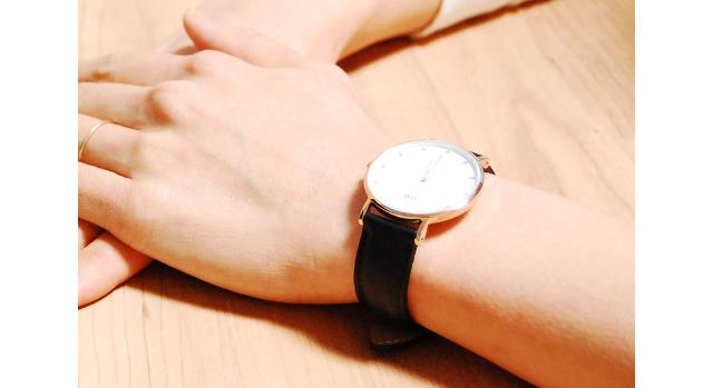 ダニエルウェリントンの腕時計をつけている女性のイメージ