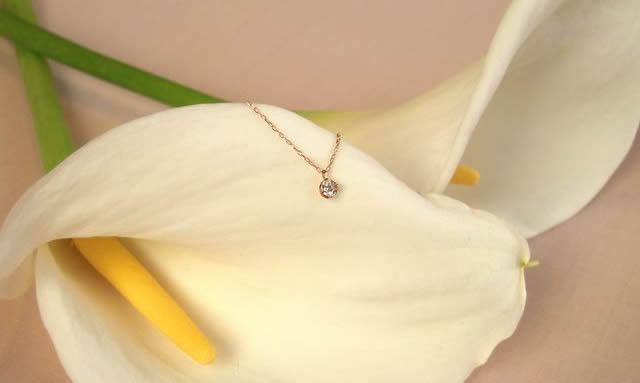 上品な印象を与える宝石が一粒ついたネックレス