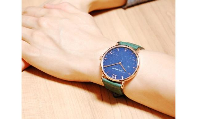 アクセサリーとも相性抜群な腕時計