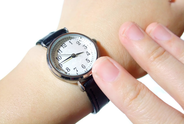 営業職女性の腕時計はシンプルなものを