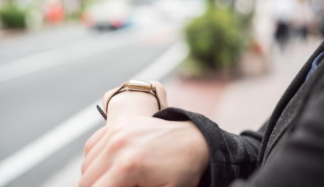 営業職女性の腕時計は実用的なものを
