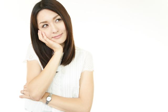 マイケルコースの腕時計をつけている女性のイメージ