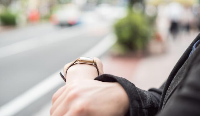 マイケルコースのレディース腕時計をつけている女性のイメージ
