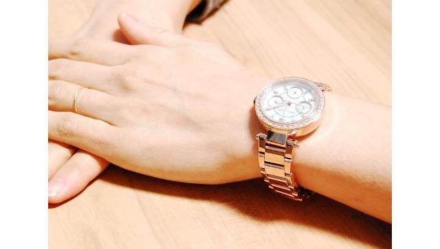 マイケルコースの腕時計付けている女性のイメージ