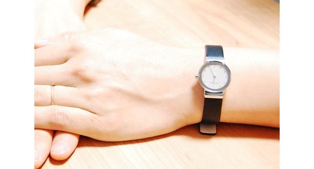 スカーゲンの腕時計をつけている女子のイメージ