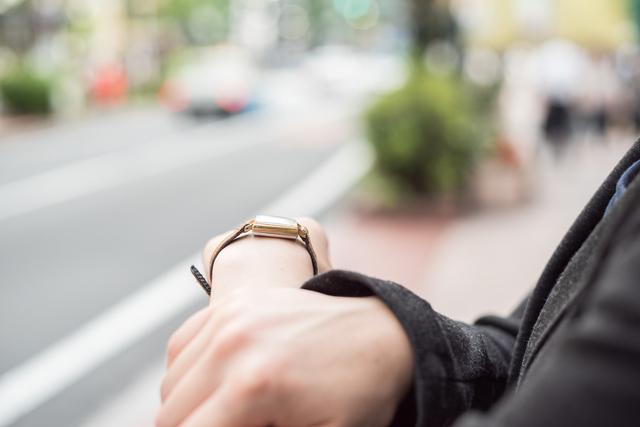 女性の腕時計は外側と内側