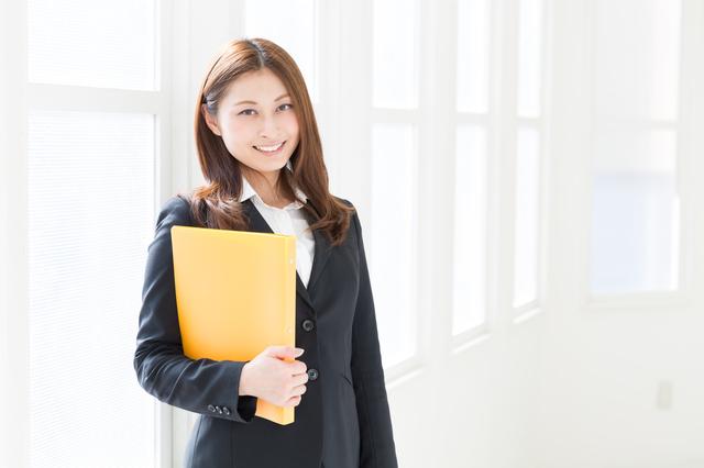 スーツで出勤する女性におすすめ!仕事用にふさわしいレディース長財布