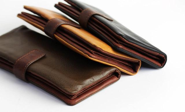 レザーの財布でスーツスタイルをオシャレにクラスアップ