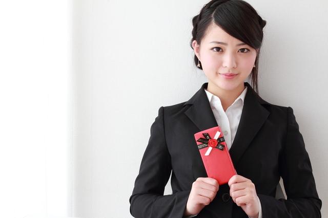 社会人になる女性への就職祝いにはシックなデザインのコーチの短財布