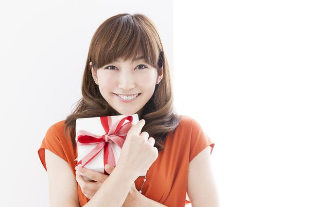 女性へのプレゼントには上質で洗練されたシンプルデザインのプラダの財布
