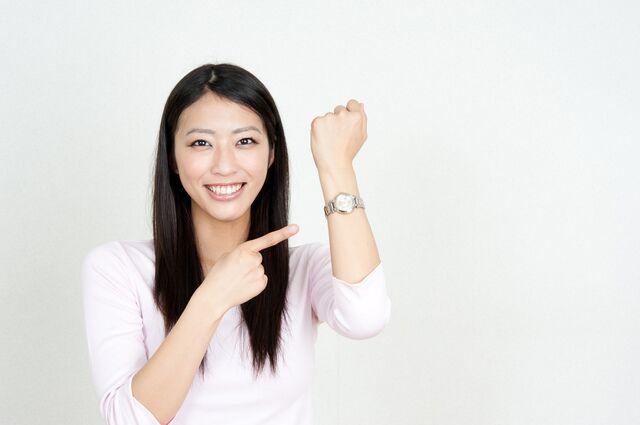 シンプルな腕時計はカジュアルスタイルの印象を損なわない!