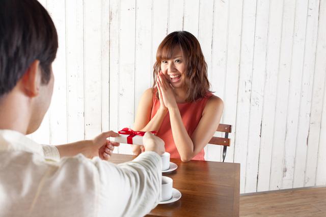 親しい女性の誕生日プレゼントには憧れの名品である「プラダの財布」