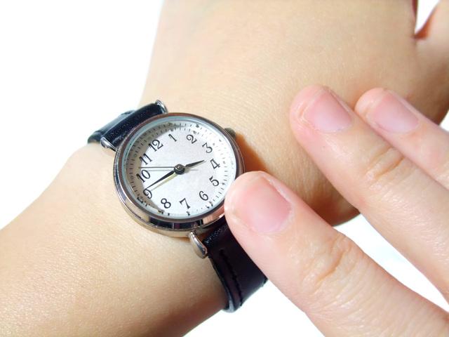 大人のカジュアルスタイルにはきちんと感のあるシンプルな腕時計!