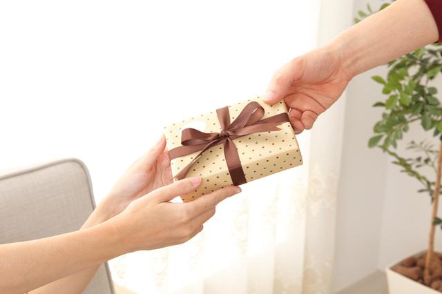 親しい女性へのプレゼントには特別感を演出してくれるコーチの財布!